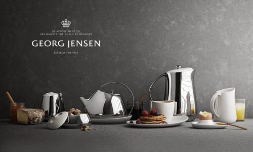 丹麥百年品牌 Georg Jensen,自設計銀雕器皿及珠寶起家,憑藉純淨、超越時尚界限,且富有強烈北歐斯堪地那維亞的設計風格,將其精湛的工匠技術發揮至金、銀及鑽石珠寶上,更廣泛涵蓋生活用品、刀叉餐具及居家辦公環境等裝飾藝品。